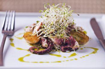 Salada de polvo com batatas e brotos de alfafa ao limo siciliano