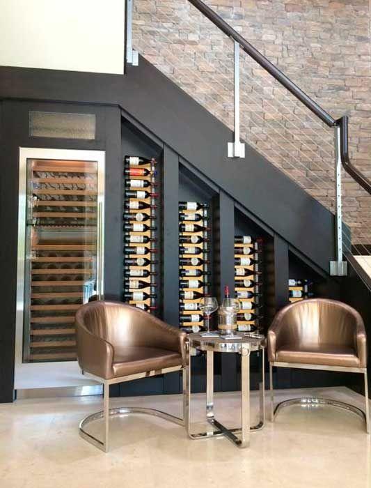 Olha que ideia linda para aproveitar o espaço embaixo da escada!! http://blog.iazamoveisdemadeira.com.br/decoracao/decoracao-embaixo-da-escada-mil-e-uma-possibilidades/29/