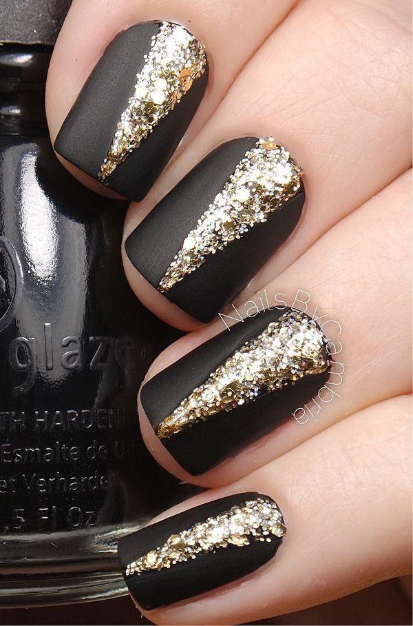 El diseño del arte de uñas negro y brillo del oro.  Le da a su mate uñas negras cierta actitud añadiendo pulido brillo del oro en forma de V en el medio.