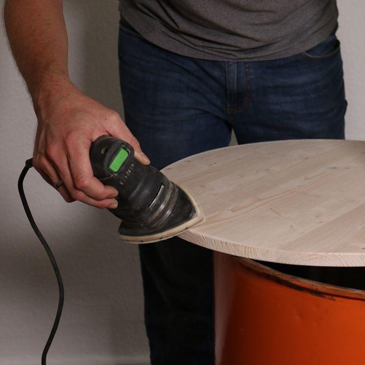 DIY Regal aus Blechtonne, Holzboden abschleifen