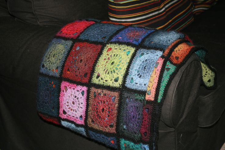 Slumre-tæppe hæklet i oldemor-firkanter. Drops Design.