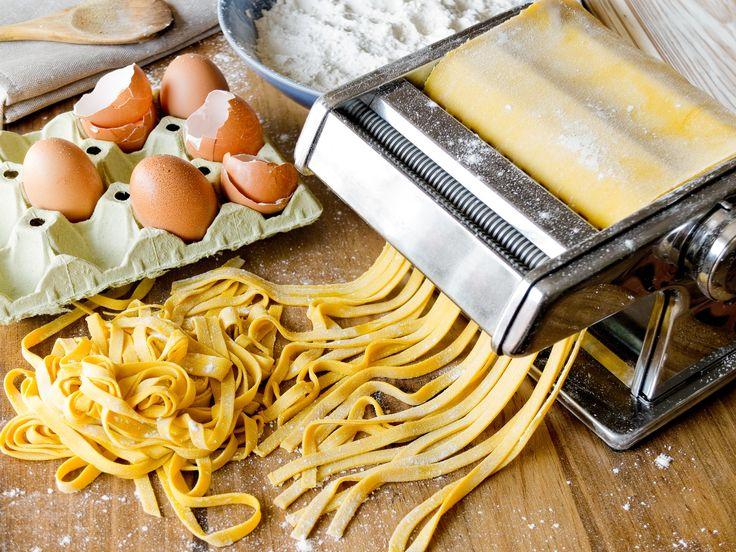 Kissé fáradságos a készítése, de érdemes begyakorolni. Gyúrt tészta az alapja sok aprósüteménynek és gyümölcstortának, továbbá az olaszos tésztaételek is házi pastából a legfinomabbak.