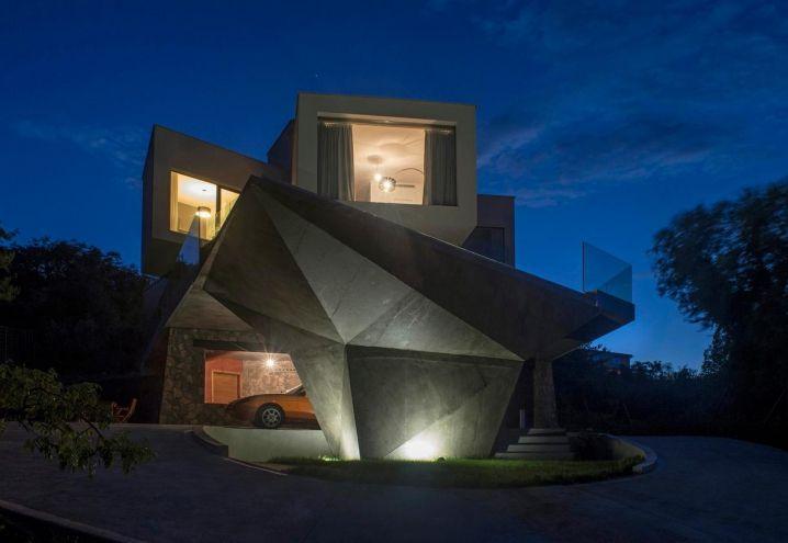 Volumetrie ad incastro: Gumno House, in un'isola della Croazia, è una villa in cemento e vetro con dettagli in pietra locale e posto auto coperto. La terrazza a sbalzo guarda al mare e ospita una piscina a sfioro