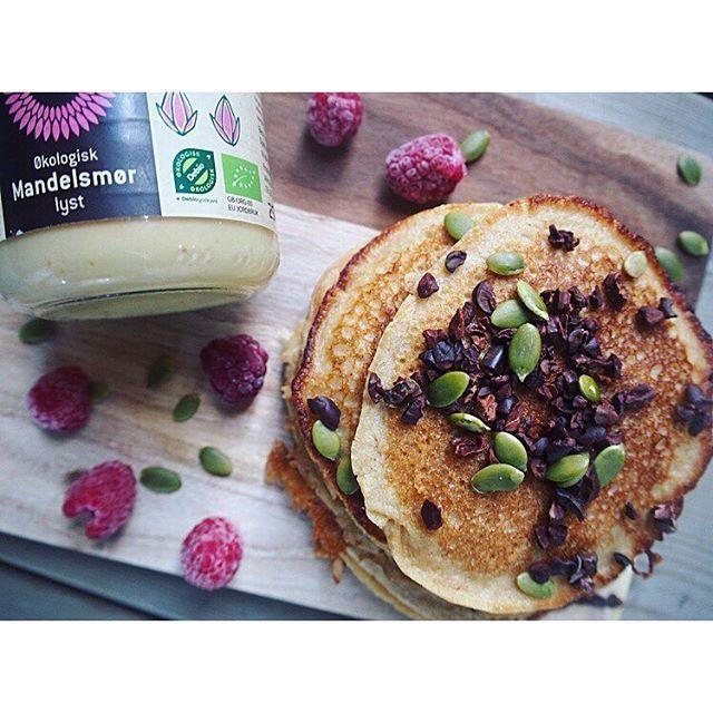 Pannekaker til lunsj😋- med en skikkelig digg ingrediens; mandelsmør😁 Disse må du bare teste ut!! ----------------------------------------------------Oppskrift: 50gram havremel •20gram annet type mel(jeg bruker speltmel) •1 egg •3-4 ss kesam original eller yoghurt naturell •2 ss mandelsmør •1 liten banan •litt ekte vaniljepulver •litt kardemomme •1 ts bakepulver •valgfri melk til passe konsistens, cirka 1-1/2 dl (ikke for tynn og ikke for tykk røre) •bland alle ingrediensene med en…