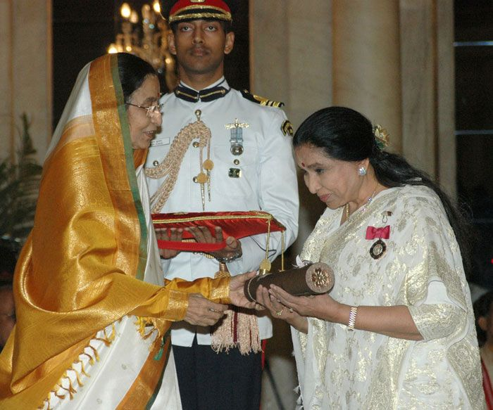 Asha Bhosle receives the Padma Vibhushan award from the Indian President Pratibha Patil