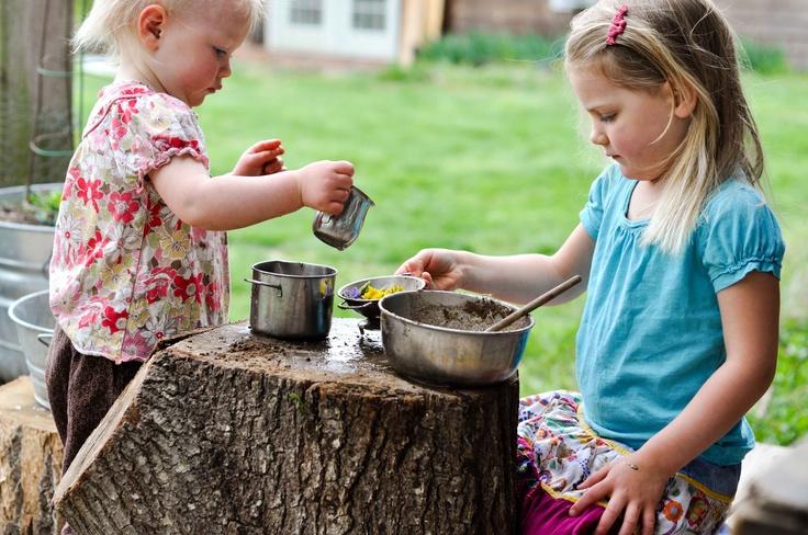 buitenspelen, lekker kliederen met modder en zand. Maak eens een modder restaurant met zandtaart als dessert. Tip van Speelgoedbank Amsterdam voor ouders en kinderen.