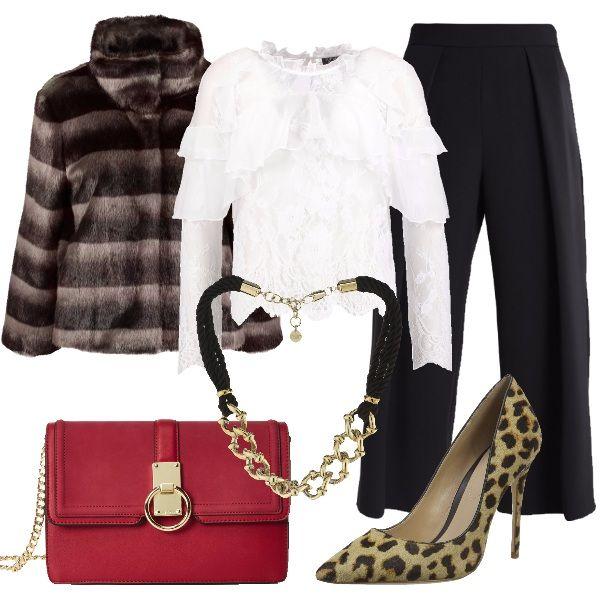 Camicetta di pizzo bianco, pantaloni 7/8, giacchino in ecopelliccia, tracolla rossa con catena, décolleté leopardata e collana in corda e catena barbazzale.