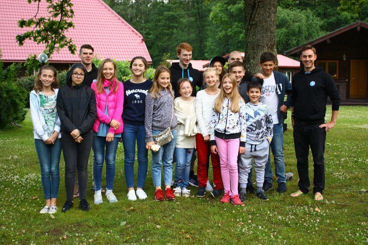 Наверняка многие слышали о нашем British Summer Camp, который в этом году проходит в гостеприимной Латвии. Вторая смена в нем началась четыре дня назад, и мы бы хотели поделиться с вами своими впечатлениями от первых дней.   День 1. Это самый сложный день, ведь надо рассказать о себе на английском языке, найти общий язык другими ребятами с помощью командных игр, конкурсов и викторин, а также попробовать себя в роли врачей, начальников снабжения и даже пожарных. По традиции день завершился…