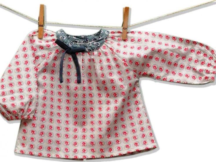 H μπλούζα Bunny Bubble σε ποπλίνα με σχέδιο φτιάχνεται από 100% οργανικό βαμβάκι. Στρογγυλή λαιμόκοψη με γιακά και φιογκάκι σε αντίθεση. Με πιέτες μπροστά και σε γραμμή Α. Ελαστικές μανσέτες. Ανοίγει μπροστά με φυλντισένια κουμπάκια. Σε δύο χρώματα. Συνδυάζεται υπέροχα με τα La Queue Du Ch ...