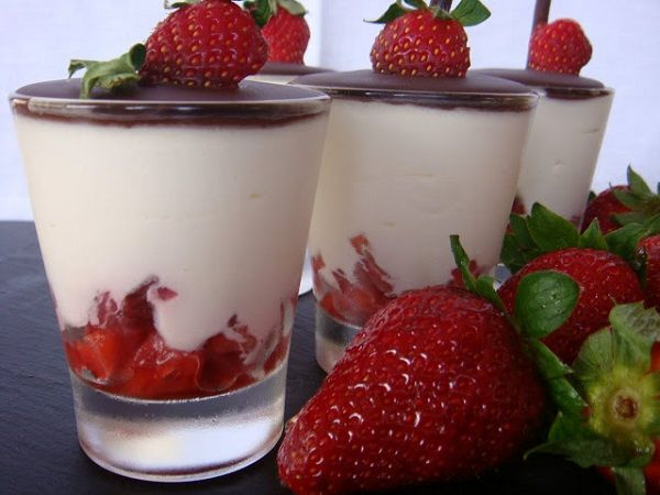 This is one of those delicious and light desserts you can make on a relaxing Sunday to impress your family and friends. The creamy texture of the mascarpone cream, combined