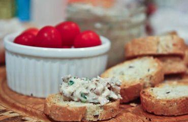 Sardinky i s olejem vložíme do misky, přidáme sýr, drobně nakrájenou cibuli a pažitku, podle chuti osolíme a okořeníme s citrónovou šťávou. Dobře utřeme.
