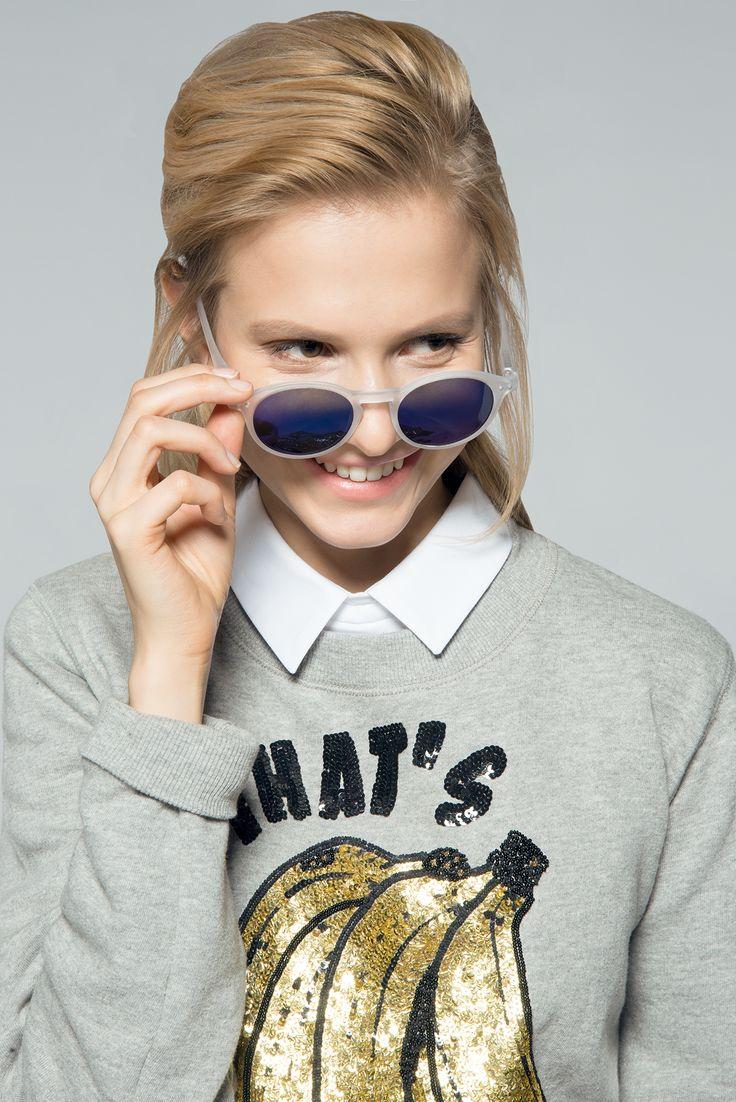 """Das paillettenverzierte Sweatshirt """"Nanana"""" von ESSENTIEL ANTWERP stylen wir zum bestickten Midirock """"Beauty"""" von PAUL & JOE SISTER. Durch die gemeinsame Farbpalette gelingt bei diesem Outfit der optische Zusammenhalt.  Die hochgeschlossene Bluse unter dem Pulli hat zweifache Wirkung: Zum einen erdet das klassische Oberteil die ausgefallene Kombination, zum anderen verleiht die Bluse aber mit dieser braven Überspitzung dem Ganzen einen Hauch Ironie."""