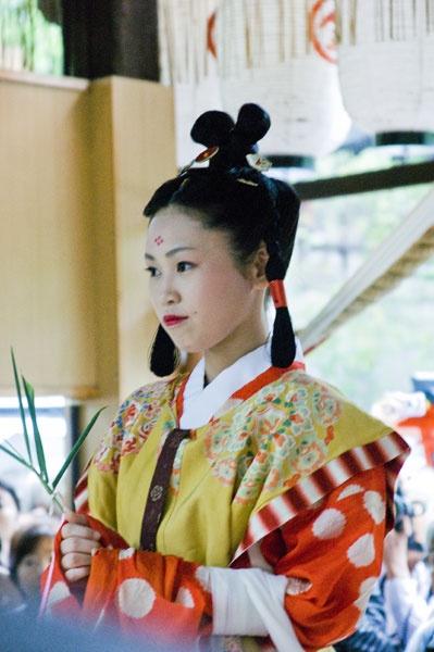 双顶髻、高顶髻:日本奈良时代妇女中流行结顶髻之风。她们将长发卷至头顶。分卷成两个髻的称双顶髻,卷成一个髻的称高顶髻。这种发式很可能是上流社会妇女及宫女们的发型。nara period