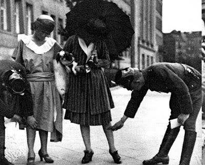 Αστυνομικοί με μεζούρες στους δρόμους για να μετρήσουν τις...γυναικείες φούστες! Φωτογραφία του 1926! Φωτογραφία, μάλλον, από τη Γερμανία.