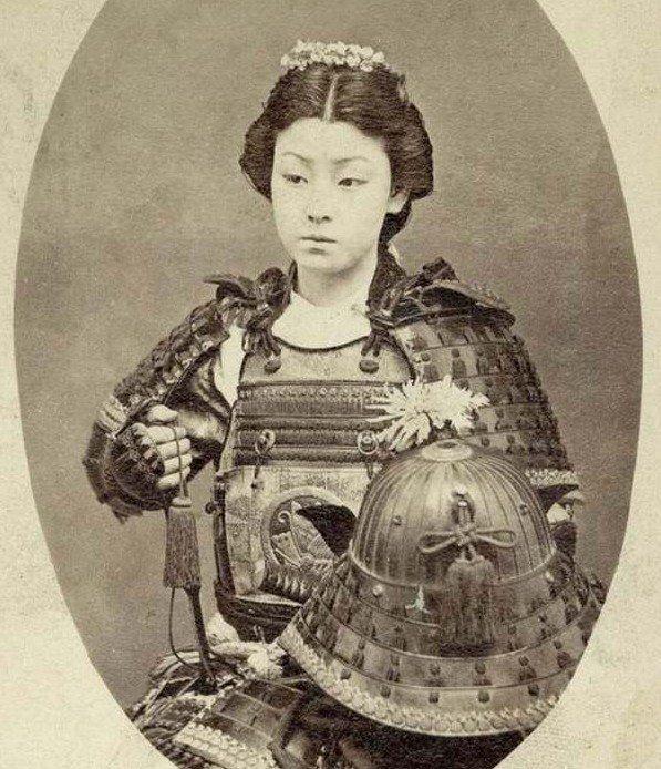 Las «Onna Bugeishas» fueron un grupo reducido de hermanas, esposas e hijas de samuráis, que desempeñaron actividades bélicas en el Japón feudal. Esta imagen muestra a una Onna Bugeisha del siglo XIX.