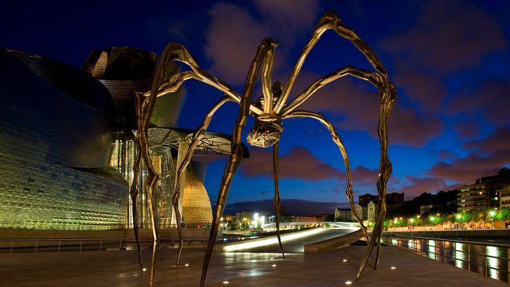 Araña del museo Guggenheim en Bilbao, un monumento que hace el paseo junto al rio mas atractivo, hecho con madera, bronce, latex y marmol.