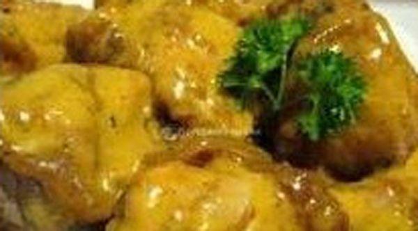 Ingredientes para 4 porciones: Pechugas de pollo sin hueso 1/2 taza mayonesa 1/3 taza mostaza. En un tazón revolvemos la mayonesa con la mostaza hasta que quede uniforme. Agregamos el pollo troceado. Vaciamos a una sartén el pollo junto con la mezcla mostaza y mayonesa. Ponemos a