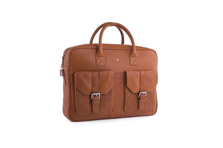 http://www.blazek.cz/panska-taska-casual-barva-hneda-118000.html  Neformální pánská briefcase je vyrobena z jemné hovězinové usně v odstínu brandy. Přední nakládané kapsy z ručně proplétané usně jsou nejvýraznějším detailem této jinak klasicky tvarované tašky. Hlavní vnitřní prostor zapínaný na zip je vybaven několika vnitřními kapsami na drobnosti. Odnímatelný a nastavitelný textilní popruh o maximální délce 140 cm pak slouží k nošení přes rameno.
