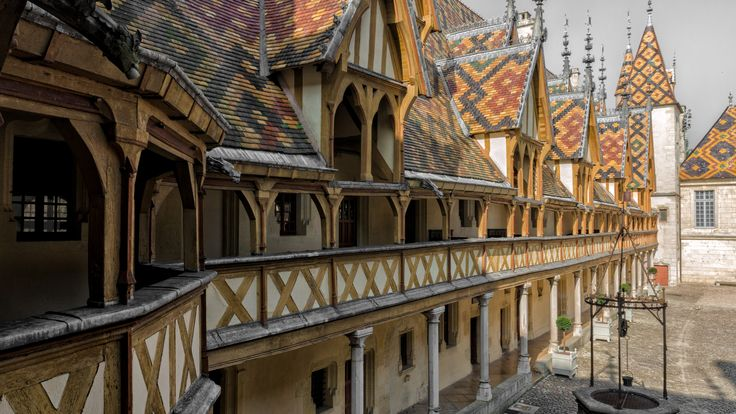 La cour des célèbres Hospices de Beaune, bijou de l'architecture gothique flamboyant, tuiles vernissées et salle des pôvres...Incontournable de tout passage par la bourgogne ! #lacotedorjadore, #labourgognejadore, #beaune, #mybourgogne, #beautifulfrance, #artdevivre