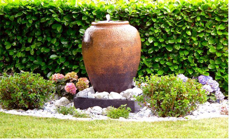Giardino: particolare aiuola con fontana.