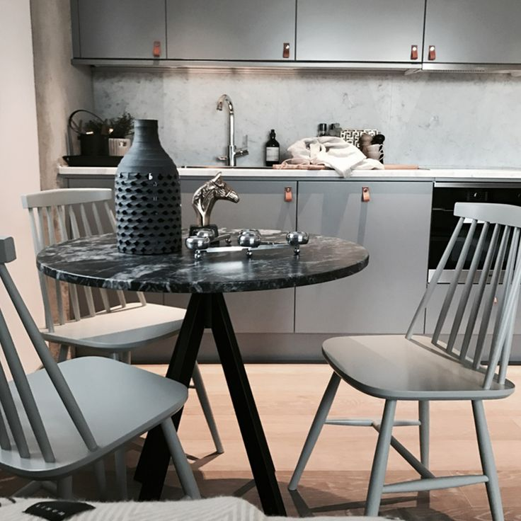 #köp #pinnstolar i olika färger på #KAMPANJ -  mer information på vår webbutik  ww.hemdesigners.se Styling - Arijana Heinrici @interiorbyjana   #interior #interiordesign #rumdesign #ruminredning #interior_and_living  #interior4you #interior2you #inredning #interiordesign #finahem #onlyinterior #roomforinspo #mitthem #finahem #lovelyinterior #hem_inspiration  #finahem #lovesammet #sammet #Hem_design #nordiskahem #charminghomes #nyahemmet