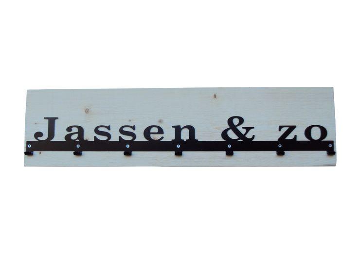 "Stoer en eigentijds: steigerhouten kapstok van FrakkZ met stalen tekst in zwart ""Jassen & zo"" www.frakkz.nl"