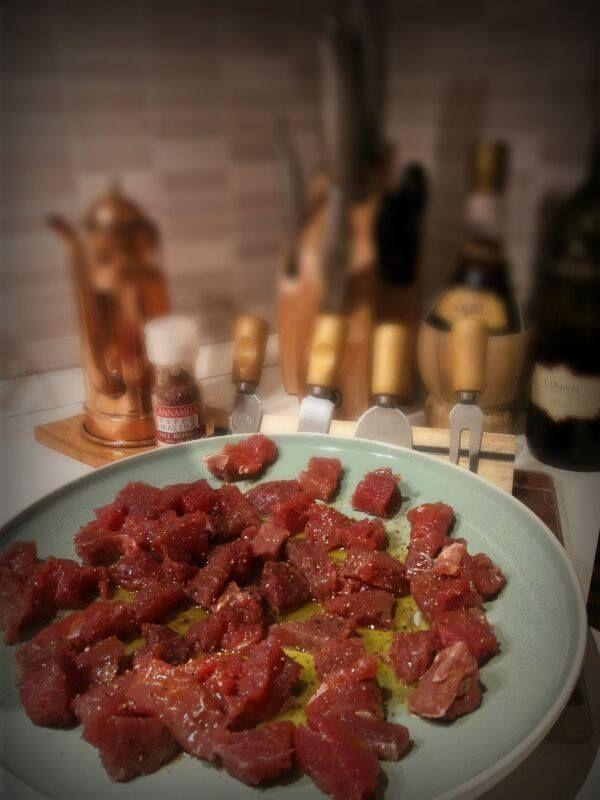Tonno rosso marinato con sale rosso all'alea delle Hawaii