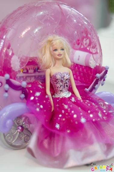Que menininha não adora brincar com sua boneca Barbie? Que tal essa festa inspirada nessa boneca e cheia de detalhes como a silhoueta recortada nas tags dos cupcakes, os rótulos de água, caixinhas personalizadasetubetes?! Para completar a decoração além do painel de tecido no fundo emoldurado por balõeshavia também um beloarranjo com rosas na cor…