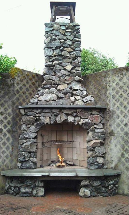 Offener Kamin aus Stein im Garten
