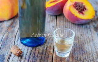 Liquore alle pesche e noccioli ricetta facile, liquore alla frutta ottimo nel periodo estivo ma buono anche in inverno, digestivo, drink perfetto in qualunque momento. Liquore alle pesche e noccioli r