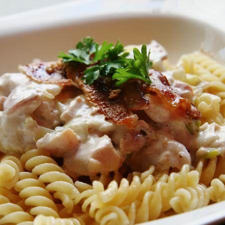 A csirkemellben az a csodálatos - amellett, hogy viszonylag olcsó és könnyen beszerezhető -, hogy nagyon gyorsan elkészíthetünk belőle bármilyen, a hangulatunknak megfelelő ételt: semleges íze miatt ugyanis kedvünkre fűszerezhetjük, és még a legbonyolultabb fogás is készen van fél óra alatt. Különösen igaz ez akkor, ha ragut főzünk, rizshez, tésztára vagy bulgurral körítve - következzen 10, egyszerűen nagyszerű recept!