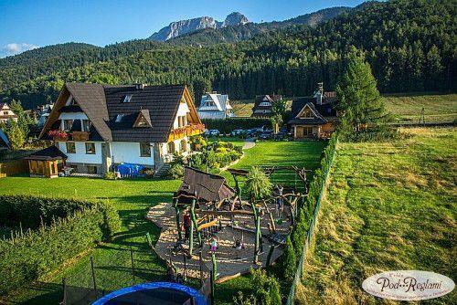 Widok na ogród wokół pensjonatu i plac zabaw z lotu ptaka http://www.podreglami.pl