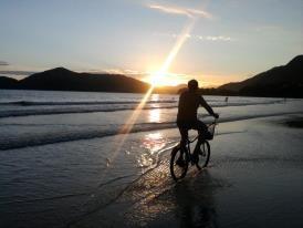 Foto tirada em Ubatuba na praia da Enseada, um por do Sol maravilhoso e um rapaz me passa na frente bem na hora da foto...pensei que fosse me atrapalhar mas ficou perfeita!!! tirei no dia 31/12/2011