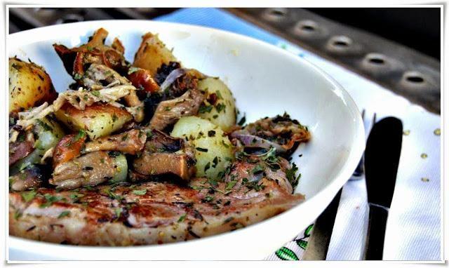 Carne de Vaca Grelhada com Salteado de Cogumelos Selvagens e Batatas - http://www.receitassimples.pt/carne-de-vaca-grelhada-com-salteado-de-cogumelos-selvagens-e-batatas/