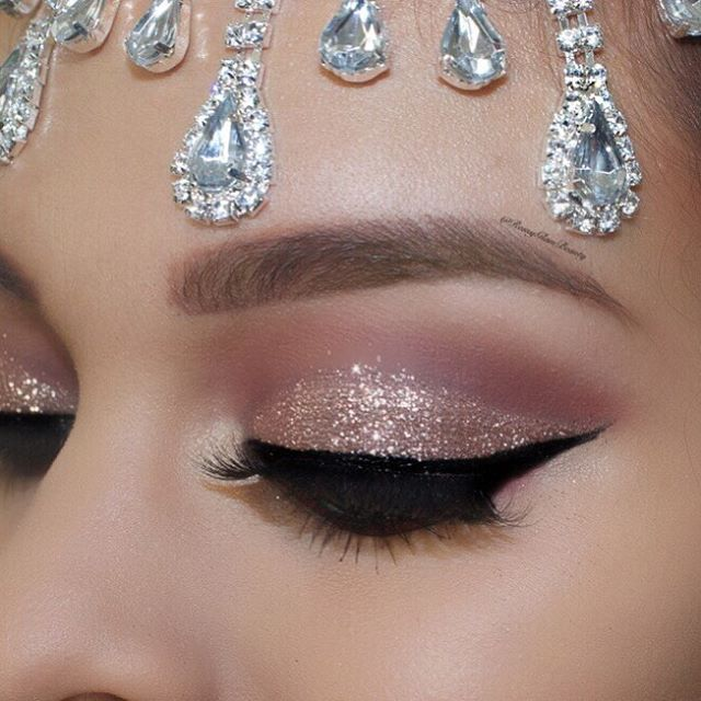 ✨✨Hello my babes !! Cut crease glitter glam ❤️️ @hudabeauty @shophudabeauty Rose gold palette #hudabeautyrosegoldpalette & Audrey lashes by @hudabeauty ✨✨ @wetnwildbeauty liquid eyeliner ✨✨ @jcatbeauty Rocking the night glitter ✨✨ @morphebrushes brushes used ✨✨ @anastasiabeverlyhills Dipbrow pomade in Auburn ✨✨ headpiece from @claryslittlebowtique