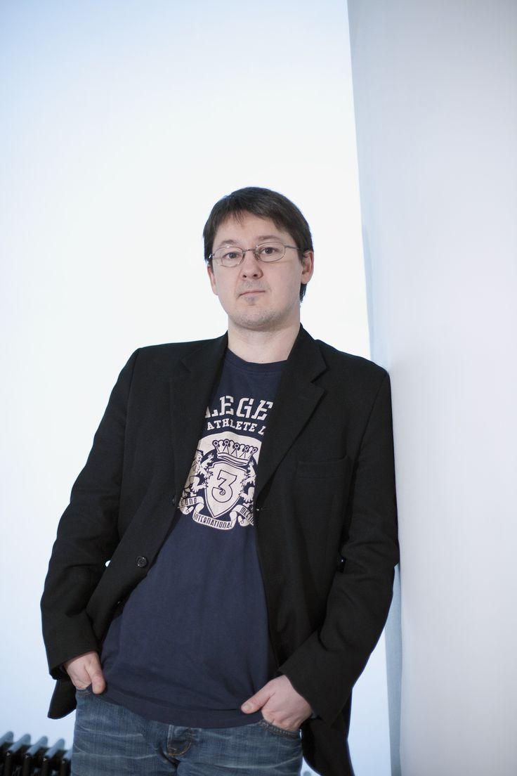 Moi! Olen Tom Laine ja vedän sosiaalisen median työnhaku - ja LinkedIn-aiheisia koulutuksia. Toimin aiemmin kv-rekrytoinnissa ja sittemmin siirryin kouluttamaan ja kirjoittamaan rekrytoinnin että työnhaun näkökulmista. Olen myös Suomen verkostoitunein henkilö LinkedInissä ja tehnyt pitkään sen avulla rekrytointia, verkostoidu kanssani jos haluat tietää lisää http://www.linkedinin.com/in/tomlaine. Toimin myös crowdsourcing-yritys Innopinion Oy:n (http://www.innopinion.com/) toimitusjohtajana.