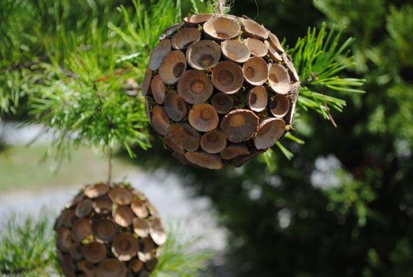 diy weihnachtsbaumschmuck aus naturmaterialien baumkugeln aus eichelh tchen selbermachen. Black Bedroom Furniture Sets. Home Design Ideas