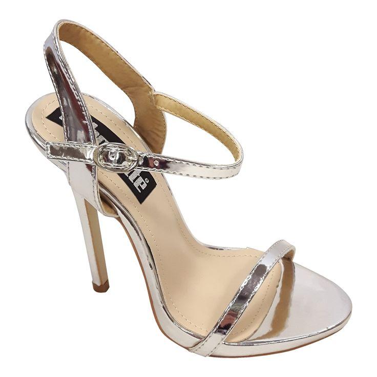 Deze open zilveren pumps hebben een hoge naaldhak. Een simpel bandje over de voet en een smal enkelbandje maken deze strappy sandal een echte classic.