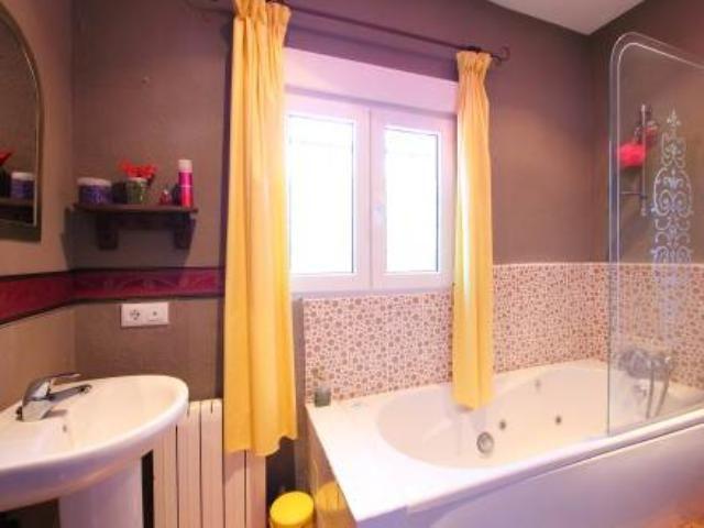 Chalet para 8 personas en Chiclana, #Cádiz. Uno de sus cuartos de baño incluye bañera de hidromasaje.