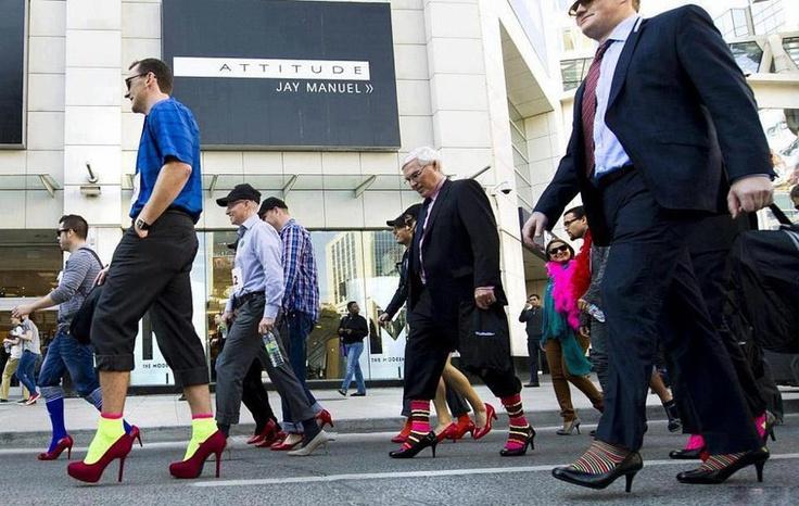 """Scopro che da quattro anni centinaia di uomini in tacchi a spillo sfilano in Canada e negli Stati Uniti per manifestare contro la violenza sulle donne. La """"marcia"""" itinerante Walk a Mile in Her Shoes, organizzata dalla White Ribbon Compaign è nata con lo scopo di raccogliere fondi per la difese delle donne vittime di violenza e per sensibilizzare gli uomini a questo tema  http://www.ziguline.com/walk-a-mile-in-her-shoes/"""