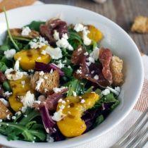 Salade met perzik en krokante prosciutto