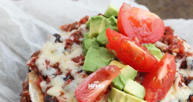 Meksikolainen tortillalasagne - Safkasi.fi  1 pieni sipuli 1 valkosipulinkynsi 200 g jauhelihaa 2 dl keitettyjä mustapapuja 400 g tomaattimurskaa 0,5 tl suolaa 1 tl sokeria 1 rkl punaviinietikkaa 4 tortillalettua (maissi tai vehnä) 50 g juustoraastetta  Laita uuni lämpenemään 200 asteeseen. Kuori ja silppua pieneksi sipuli ja valkosipulinkynsi. Kuumenna pannulla tilkka öljyä ja kuullota sipuleita hetki. Lisää jauheliha ja paista kypsäksi. Mausta suolalla ja pippurilla. Lisää tomaattimurska…