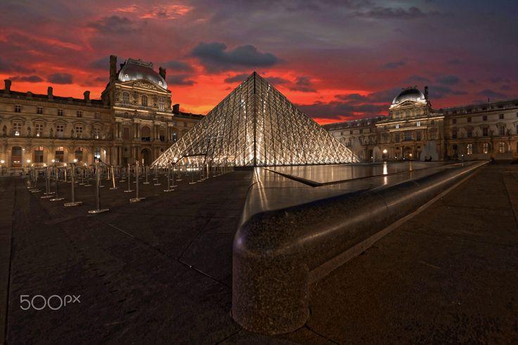Pyramide du Louvre. by michel desert