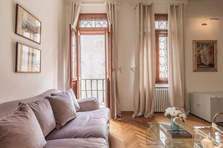Da Vinci is a classic Venetian Style apartment of about 120 square meters located in a quiet street very close to Piazza San Marco in central position