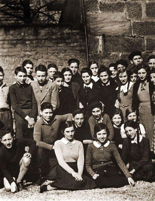 Alemania. El 15 de noviembre de 1938, las autoridades alemanas prohibieron a los niños judíos asistir a las escuelas públicas alemanas. Esta fotografía muestra una clase de secundaria judía, incluyendo a un joven Henry Kissinger (primera fila, izquierda), en Fuerth, Alemania, 1938 // través USHMM Artefacto Galería