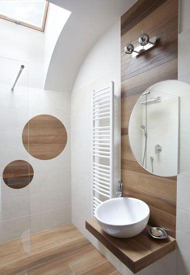 Carrelage imitation parquet dans une petite salle de bain déco