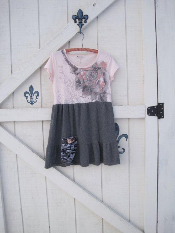 Tunique gris rose, S-M rose Mini robe, robe-tunique romantique rose Gipsy, recyclé Léger doux tricot blouse avec rose jems et faux. La jupe est un charbon de bois gris en jupe à volants accentué avec une poche de camouflage coupées à la main avec bordure en dentelle et bouton sur une fleur en feutre, si mignon, si vous! S'adapte dames taille S-M, s'il vous plaît voir les mesures ci-dessous... Idées pour porter cette conception... plage, douches, école, thé aux dames ou balayer votre châ...