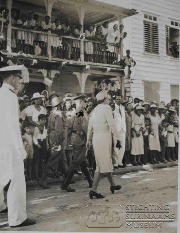 Bezoek van prinses Juliana aan Suriname Datum: november 1943 Locatie: Paramaribo, Suriname Vervaardiger: Inv. Nr.: 16-241 Fotoarchief Stichting Surinaams Museum