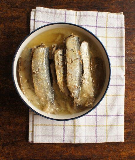 Depois  que aprendi a fazer esta conserva, há mais de dez anos, raramente  comprei sardinha em lata. Porque é mais saborosa, mais barata...