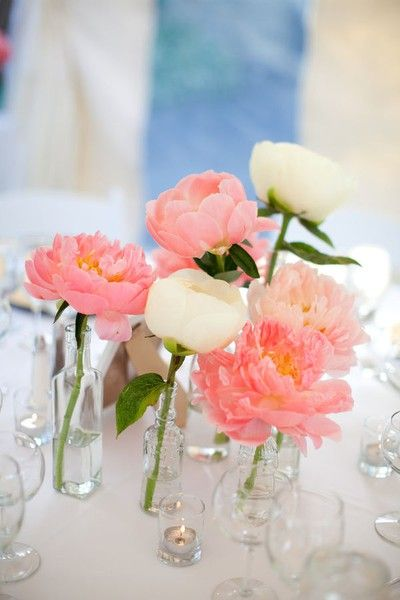 perfect simple wedding table decor. I really like the look but the flowers are too pink for me. Soft pink and purple would fit with my theme better. :)